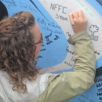 scarlett-signing-the-belfast-peace-wall